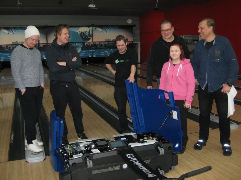 ) Päivää myöhemmin henkilökunta sai myös uusiradanhoitokoneen SM-kisoihin. Sami Heinilä Bowling Oy:sta oli kouluttamassa ja opastamassa koneen käyttöä.